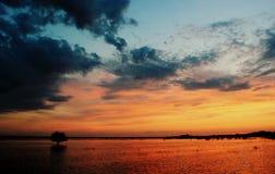 Заход солнца над водой, Стоковые Фото