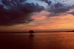 Заход солнца над водой, Стоковое Изображение RF