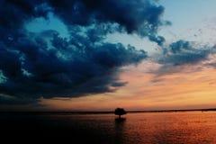 Заход солнца над водой, Стоковое Изображение