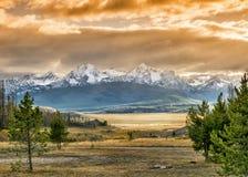 Заход солнца над горами в Айдахо стоковая фотография rf