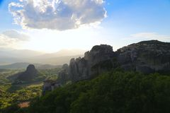 Заход солнца над горами и монастырями Meteora стоковые изображения rf