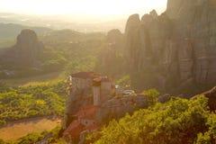 Заход солнца над горами и монастырями Meteora стоковые изображения