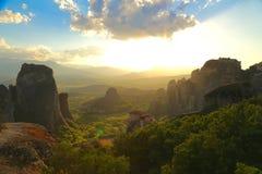 Заход солнца над горами и монастырями Meteora стоковое изображение