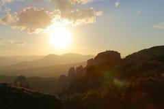 Заход солнца над горами и монастырями Meteora стоковые фото