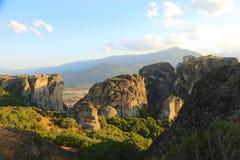 Заход солнца над горами и монастырями Meteora стоковая фотография