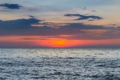 Заход солнца над горизонтом берега моря, естественная предпосылка ландшафта Стоковые Фотографии RF