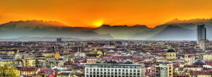 Заход солнца над городом Альпов и Турина стоковые фото