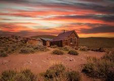 Заход солнца над город-привидением Bodie в Калифорнии Стоковые Изображения RF