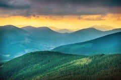 Заход солнца над голубыми горами Стоковые Фотографии RF