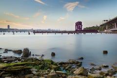 Заход солнца на Гудзоне смотря к 69th мосту переноса St. Стоковая Фотография RF