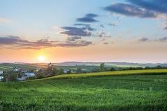 Заход солнца над деревней на польской сельской местности стоковая фотография