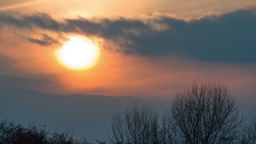 Заход солнца над деревьями и облаками Промежуток времени акции видеоматериалы