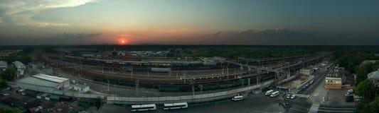 Заход солнца над железнодорожной станцией Стоковая Фотография