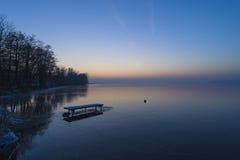 Заход солнца на замороженном озере. Стоковые Фотографии RF