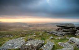 Заход солнца на западной скалистой вершине мельницы на Dartmoor стоковое изображение