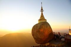 Заход солнца на золотом утесе, Мьянме Стоковое Изображение