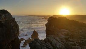Заход солнца на линии скалы стоковые изображения rf