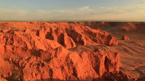 Заход солнца над каньоном Bayanzag в Монголии акции видеоматериалы