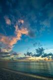 Заход солнца над карибским пляжем Стоковые Изображения