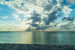 Заход солнца над карибским пляжем Стоковое Изображение RF