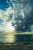 Заход солнца над карибским пляжем Стоковые Фото