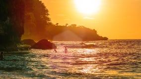 Заход солнца на красивом кристаллическом заливе, Nusa Penida, Бали, Индонезии Стоковая Фотография RF