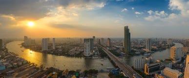 Заход солнца на кривой Chao Рекы Phraya Стоковое Фото