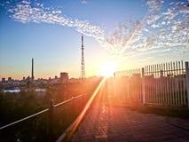 Заход солнца над крышами города Стоковая Фотография
