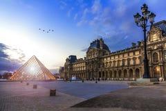 Заход солнца над Лувром Парижем Стоковые Фото