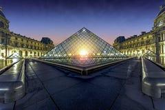 Заход солнца над Лувром Парижем Стоковое Фото