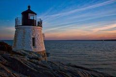 Заход солнца над маяком океана Стоковая Фотография