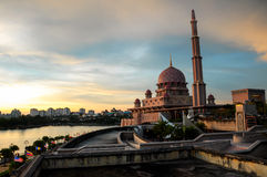 Заход солнца на мечети Putra в Путраджайя стоковая фотография