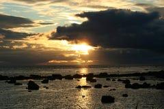 Заход солнца над морем, камень, живая природа севера Стоковое фото RF