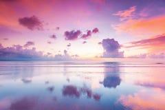 Заход солнца над морем на Бали стоковые изображения