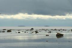 Заход солнца над морем, песок на побережье Стоковые Изображения RF