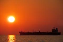 Заход солнца над морем, силуэт корабля Стоковые Изображения RF