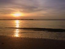 Заход солнца на море выравниваясь тихо Стоковые Изображения RF