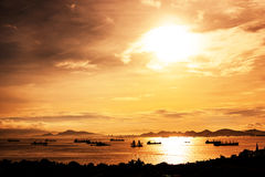 Заход солнца на море с рыбной ловлей шлюпки силуэтов Стоковая Фотография RF