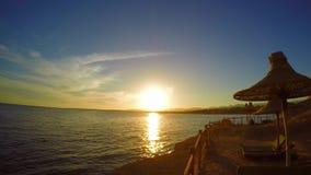 Заход солнца на морском побережье курорта видеоматериал