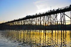 Заход солнца на мосте понедельника Стоковые Изображения RF