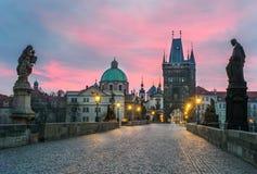 Заход солнца на мосте Charlze в Праге Стоковые Изображения RF
