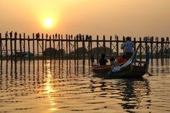 Заход солнца на мосте u Bein, Amarapura, Мьянме Бирме Стоковые Изображения