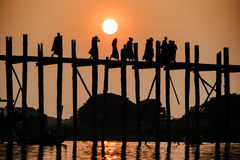 Заход солнца на мосте u Bein, Amarapura, Мьянме Бирме Стоковое Фото