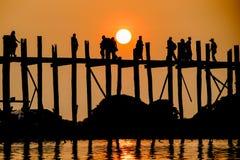 Заход солнца на мосте u Bein, Amarapura, Мьянме Бирме Стоковые Фотографии RF
