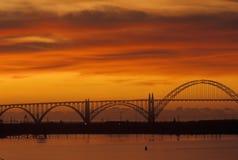 Заход солнца над мостом в Ньюпорте, ИЛИ Стоковые Изображения RF