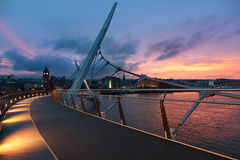 Заход солнца над мостом мира Derry, Северной Ирландии Стоковые Изображения RF