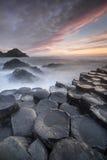 Заход солнца над мощёной дорожкой Giants, северная Ирландия Стоковая Фотография