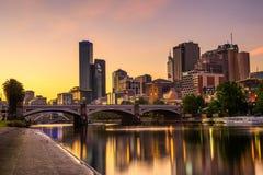Заход солнца над небоскребами Мельбурна городскими, принцами Мостом стоковое изображение