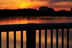 Заход солнца на озере города Стоковые Изображения
