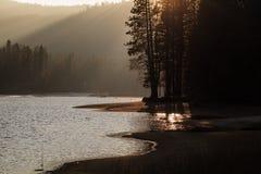 Заход солнца на озере горы сьерра-невады Стоковые Изображения RF